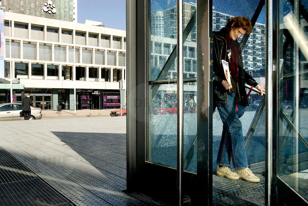 Nederland Rotterdam 12 maart ovember 2007 ..Dakloze verslaafde man wachtend bij de ingang van de parkeergarage op het Schouwburgplein op voorbijgangers om zo te proberen een straatkrant te verkopen. ..Foto David Rozing