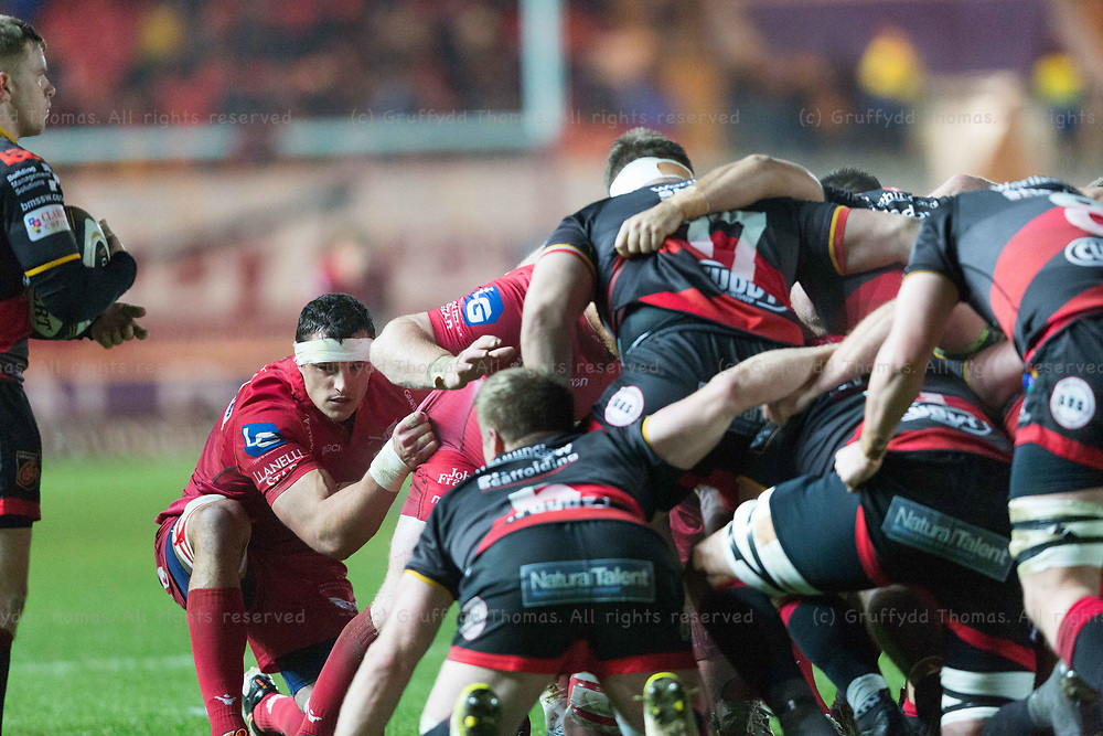 Parc y Scarlets, Llanelli, Wales, UK. Friday 5 January 2018.  Scarlets flanker Aaron Shingler (L) packs down in the Guinness Pro14 match between Scarlets and Newport Gwent Dragons.