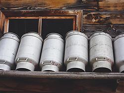 THEMENBILD - Milchkannen an einer Stallwand aus Holz, aufgenommen am 09. August 2018, Kaprun, Österreich // Milk churns on a wooden stable wall on 2018/08/09, Kaprun, Austria. EXPA Pictures © 2018, PhotoCredit: EXPA/ Stefanie Oberhauser