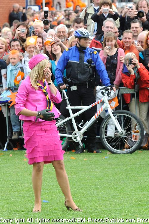 Koninginnedag 2008 / Queensday 2008. <br /> <br /> Koningin Beatrix viert Koninginnedag dit jaar in Friesland. De vorstin en haar familie bezochten op 30 april Makkum en Franeker.<br /> <br /> Queen Beatrix celebrates Queensday this year in Friesland (the Nothren provice in Holland). The Queen and its family visited Makkum and Franeker on 30 April.<br /> <br /> Op de foto/ On the Photo: Prinses Maxima doet mee aan de lokale sport Kaatsen/ Princes Maxima plays a local Game
