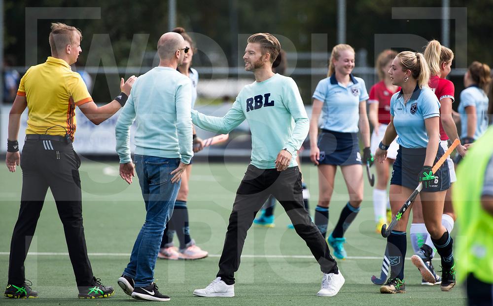 AMSTELVEEN - coach Robert Jan Cox (Laren)  met scheidsrechter Piet Hein Kraaijeveld  na  de hoofdklasse hockey competitiewedstrijd Hurley-Laren (1-2). COPYRIGHT KOEN SUYK