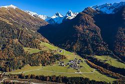 THEMENBILD - Ortsteil Lesach mit Oberlesach und den Schneebedeckten Gipfeln der Schobergruppe v.l. Glödis (3206 m), Ganot (3102 m). Freitag, 06. November 2020 Kals am Großglockner, Österreich // Lesach district with the snow-capped peaks of the Schobergruppe v.l. Glödis (3206 m), Ganot (3102 m). Friday, November 6, 2020 in Kals am Grossglockner, Austria. EXPA Pictures © 2020, PhotoCredit: EXPA/ Johann Groder