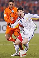 Fotball<br /> Romania<br /> Foto: Gepa/Digitalsport<br /> NORWAY ONLY<br /> <br /> 24.03.2007<br /> Denny Landzaat (NED) und Andrei Marica Ciprian (ROM)