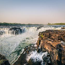 Quedas de Água do Porto Condo, também conhecidos por Rápidos do Porto Condo no rio Cuanza perto de Cangandala, província de Malanje, Angola.