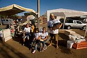 Pirapora _ MG, 22 de Junho de 2008..Revista Globo Rural...Projeto Generosidade - Leo do Peixe...Na foto, a familia do Leo: Gabriel Diniz, a menina Izabela Diniz, sua esposa Analina e Leonardo da Piedade Diniz Filho, o Leo do Peixe....Foto: LEO DRUMOND / AGENCIA NITRO