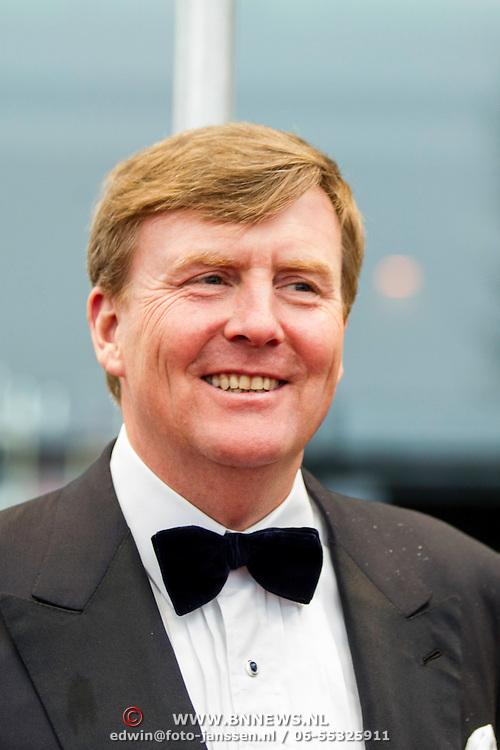 NLD/Amsterdam/20140508 - Wereldpremiere voorstelling Anne, Koning Willem - Alexander en producenten Alain de Levita
