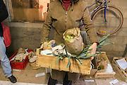 Préparation des paniers de produits alimentaires à l'AMAP du Mêle-sur-Sarthe dans l'Orne, le 10 mars 2015.