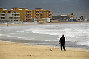 Spanje, Barbate, 9-5-2010Een oudere man met zijn hond op het strand. Onder de Spaanse bevolking heerst grote ongerustheid over de economische situatie en hun directe toekost.In Spain the economy and financial system is in bad shape. 20% Unemployment and savings banks that have come into trouble. They do not want to be compared with Greece, but the signs do not predict much good.Foto: Flip Franssen
