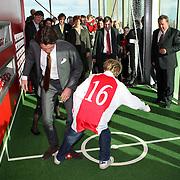 NLD/Amsterdam/20080202 - opening VU Kinderstad door prins Maurits en prinses Marilene, Maurits voetballend op een mini Ajax veld