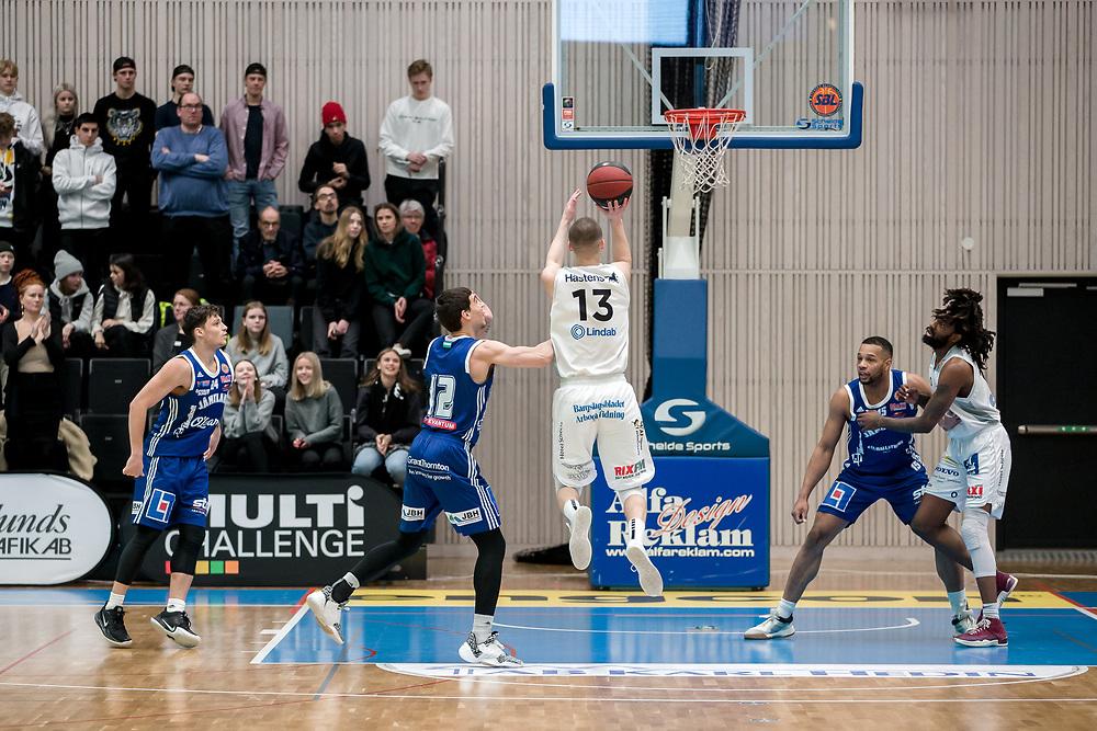 ÖSTERSUND 20200127<br /> Köpings Niklas Larsson i ett anfall under måndagens match i basketligan mellan Jämtland Basket och Köping Stars i Östersunds Sporthall.<br /> <br /> Foto: Per Danielsson/Projekt.P
