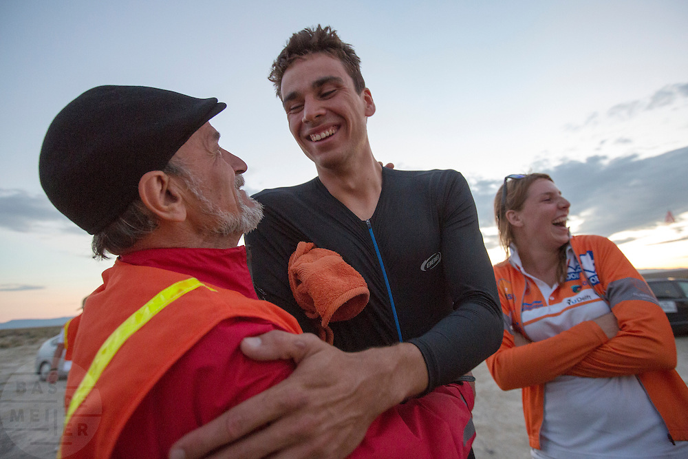 Sebastiaan Bowier wordt gefeliciteerd door de maker van de vorige recordfiets. Bowier heeft met de VeloX3 van het Human Power Team Delft en Amsterdam een nieuw wereldrecord gezet. Hij haalde een snelheid van 133,78 km/h. In Battle Mountain (Nevada) wordt ieder jaar de World Human Powered Speed Challenge gehouden. Tijdens deze wedstrijd wordt geprobeerd zo hard mogelijk te fietsen op pure menskracht. Ze halen snelheden tot 133 km/h. De deelnemers bestaan zowel uit teams van universiteiten als uit hobbyisten. Met de gestroomlijnde fietsen willen ze laten zien wat mogelijk is met menskracht. De speciale ligfietsen kunnen gezien worden als de Formule 1 van het fietsen. De kennis die wordt opgedaan wordt ook gebruikt om duurzaam vervoer verder te ontwikkelen.<br /> <br /> Sebastiaan Bowier sets a new world record speed biking with the VeloX3 of the Human Power Team Delft and Amsterdam. His speed was 133,78 km/h. In Battle Mountain (Nevada) each year the World Human Powered Speed Challenge is held. During this race they try to ride on pure manpower as hard as possible. Speeds up to 133 km/h are reached. The participants consist of both teams from universities and from hobbyists. With the sleek bikes they want to show what is possible with human power. The special recumbent bicycles can be seen as the Formula 1 of the bicycle. The knowledge gained is also used to develop sustainable transport.