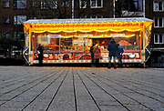 Nederland, Nijmegen, 17-12-2020 Lockdown in Nederland. De niet essentiele winkels zijn dicht.. Men kan wel oliebollen kopen. Het is stil en leeg in de stad. Foto: ANP/ Hollandse Hoogte/ Flip Franssen