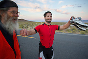 De Canadees Todd Reichert heeft zijn eigen wereldrecord verbroken tijdens de derde dag van de races. Hij rijdt 88,26 mph (142 km/h). In Battle Mountain (Nevada) wordt ieder jaar de World Human Powered Speed Challenge gehouden. Tijdens deze wedstrijd wordt geprobeerd zo hard mogelijk te fietsen op pure menskracht. Het huidige record staat sinds 2015 op naam van de Canadees Todd Reichert die 139,45 km/h reed. De deelnemers bestaan zowel uit teams van universiteiten als uit hobbyisten. Met de gestroomlijnde fietsen willen ze laten zien wat mogelijk is met menskracht. De speciale ligfietsen kunnen gezien worden als de Formule 1 van het fietsen. De kennis die wordt opgedaan wordt ook gebruikt om duurzaam vervoer verder te ontwikkelen.<br /> <br /> In Battle Mountain (Nevada) each year the World Human Powered Speed Challenge is held. During this race they try to ride on pure manpower as hard as possible. Since 2015 the Canadian Todd Reichert is record holder with a speed of 136,45 km/h. The participants consist of both teams from universities and from hobbyists. With the sleek bikes they want to show what is possible with human power. The special recumbent bicycles can be seen as the Formula 1 of the bicycle. The knowledge gained is also used to develop sustainable transport.