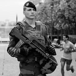 mardi 13 septembre 2016, 8h58, La Défense. Sportifs traversant l'esplanade de la Défense derrière un militaire du 13ème Régiment du Génie en patrouille.