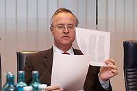 10 NOV 2003, BERLIN/GERMANY:<br /> Hans Eichel, SPD, Bundesfinanzminister, liest Unterlagen, vor Beginn einer Sitzung des SPD Praesidiums, Willy-Brandt-Haus<br /> IMAGE: 20031110-01-001<br /> KEYWORDS: Präsidium, Akte, Akten, lesen