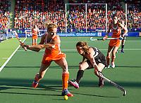 DEN HAAG -  WK Hockey Nieuw Zeeland vs Nederland. Carlien Dirkse van de Heuvel in duel met Krystal Forgesson . ANP KOEN SUYK