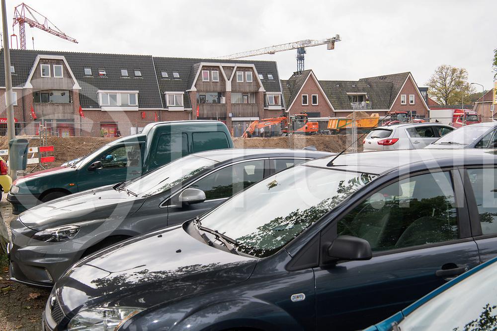 OMMEN - Weg te smal.<br /> Foto: Varsenerstraat in het centrum te smal bij de nieuwbouw van de Hema.<br /> Parkeerplaatsen te weinig.<br /> FFU PRESS AGENCY COPYRIGHT FRANK UIJLENBROEK