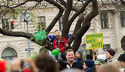 """29.11.2015, Innere Stadt, Wien, AUT, Globaler Marsch """"System Change, not Climate Change!"""" anlässlich des ab morgen stattfindenden Klimagipfel """"COP21"""" in Paris. im Bild Kinder sitzen auf einem Baum // children sitting on a tree during global climate march in austria according climate summit in paris in the inner city in Vienna, Austria on 2015/11/29 EXPA Pictures © 2015, PhotoCredit: EXPA/ Michael Gruber"""