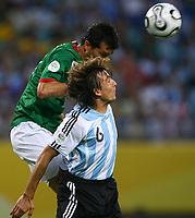 v.l. Jared Borgetti, Gabriel Heinze Argentinien <br /> Fussball WM 2006 Achtelfinale Argentinien - Mexiko<br />  Argentina - Mexico<br /> Norway only