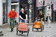 Deelnemers aan het bakfietstreffen zwoegen op hun bakfiets een heuvel op. In Nijmegen vindt voor de derde keer het International Cargo Bike Festival plaats. Het tweedaags evenement richt zich op het gebruik en de gebruikers van bakfietsen. Bakfietsen worden in heel Europa steeds vaker ingezet, zowel door particulieren als bedrijven. Het is een duurzame vorm van transport en biedt veel voordelen.<br /> <br /> In Nijmegen for the third time the International Cargo Bike Festival is hold. The two-day event focuses on the use and users of cargobikes. Cargo bikes are increasingly being deployed across Europe, both individuals and businesses. It is a sustainable form of transport and offers many advantages.
