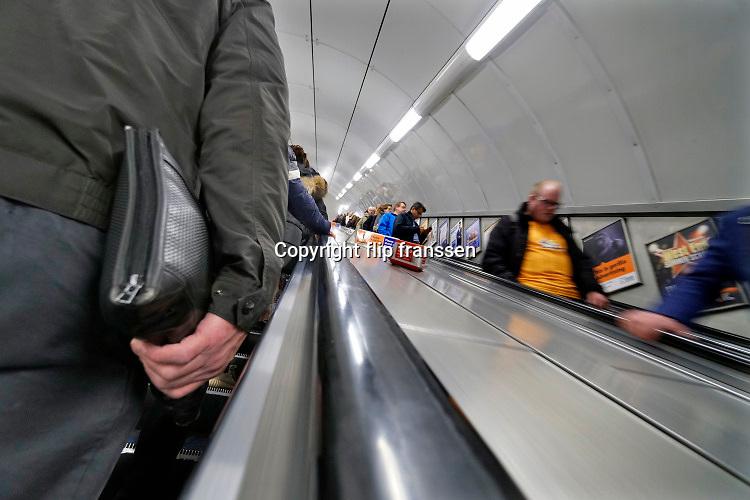 Engeland, Londen, 10-4-2019Straatbeeld van het centrum van de stad. Metro,undergound,infrastructuur,ondergrondse,tube,vervoer,mobiliteit,stadsvervoer,openbaar,reizigers .Foto: Flip Franssen