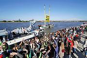 Nederland, Nijmegen, 24-3-2019Twee schepen van Greenpeace, de Beluga 2 en een gehuurd binnenvaartschip met het plastic monster, liggen aan de Waalkade om aandacht te vragen voor het plastic in de rivier de Rijn en Waal. Hun actie richt zich met name op fabrikanten Nestle en Unileverom geen wegwerpplastic meer te gebruiken als verpakkingsmateriaal voor hun producten en heet de Plasic Monster Ship Tour . Vertrek van het Greenpeace actieschip De Beluga II naar Zwitserland. Er was veel belangstelling en er was ook een kleine ecologische markt. No time te waste, plasticmonster, break free from plastic .Foto: Flip Franssen.
