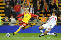 FOOTBALL - FRENCH CHAMPIONSHIP 2010/2011 - L1 - RC LENS v OGC NICE - 23/10/2010 - PHOTO JEAN MARIE HERVIO / DPPI - DAVID POLLET (RCL) / RENATO CIVELLI (OGCN)
