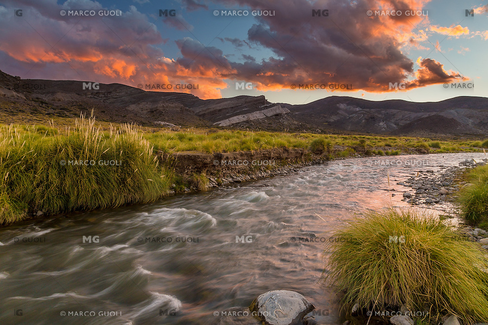 RIO MALARGUE AL ATARDECER, RESERVA NATURAL CASTILLOS DE PINCHEIRA, MALARGUE, PROVINCIA DE MENDOZA, PATAGONIA, ARGENTINA (PHOTO © MARCO GUOLI - ALL RIGHTS RESERVED)