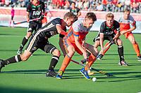 ANTWERPEN - Thierry Brinkman (Ned) met Johannes Grosse (Ger)  tijdens  de troostfinale mannen om de derde plaats, Duitsland-Nederland (0-4) ,  bij het Europees kampioenschap hockey.   COPYRIGHT KOEN SUYK