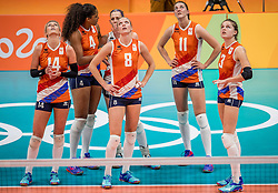 18-08-2016 BRA: Olympic Games day 13, Rio de Janeiro<br /> De Nederlandse volleybalsters hebben niet kunnen stunten met een plaats in de finale van het olympisch toernooi. China, dat in de groepsfase nog met 3-2 geklopt werd, won na een thriller van ruim twee uur: 3-1 (27-25, 23-25, 29-27, 25-23). / Laura Dijkema #14, Celeste Plak #4, /l8/, Anne Buijs #11, Yvon Belien #3 kijken naar de uitslag van de challenge call