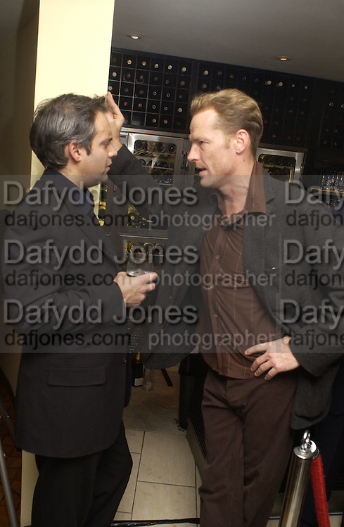 Sam Mendes and Ian Glen. Uncle Vanya, Donmar Warehouse and afterwards at 1 Aldwych. 30 September 2002. © Copyright Photograph by Dafydd Jones 66 Stockwell Park Rd. London SW9 0DA Tel 020 7733 0108 www.dafjones.com