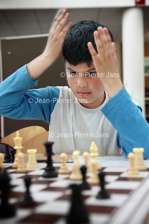 Nederland, Amsterdam , 24 april 2010..Kinderen leren schaken bij schaakclub TAL/ DCG van speeltuinvereniging Mercator op de Orteliuskade..Foto:Jean-Pierre Jans