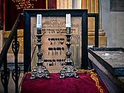 Wnętrze synagogi Remuh na krakowskim Kazimierzu. Pulpit kantora.<br /> Remuh Synagogue inside Krakow's Kazimierz district. Cantor's desk.