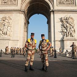Photo devant l'arc de triomphe de 2 soldats des troupes de Marine sur l'avenue des Champs Elysées à l'occasion des célébrations de la fête nationale.<br /> 14 juillet 2013, Paris (75)