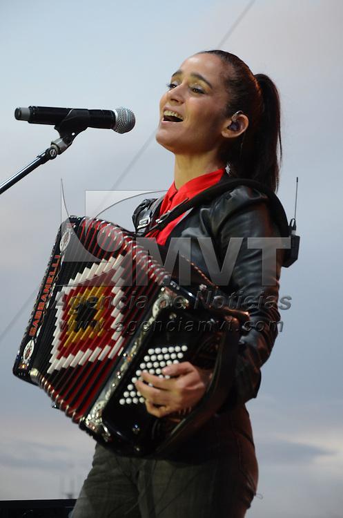 Toluca, México.- La compositora y cantante Julieta Venegas, durante su presentación en el festival Somos América, llevado acabo en el centro Dinámico Pegaso. Agencia MVT / Arturo Hernández.