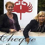 Cheque overhandiging Willeke Alberti aan het KWF Koninging Wilhelmina Fonds