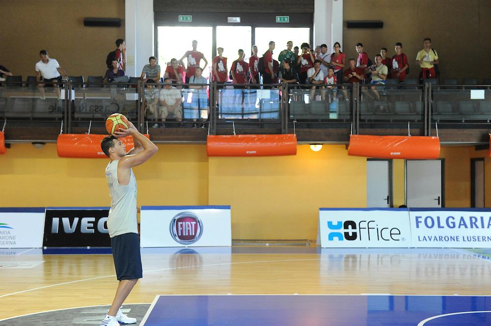 DESCRIZIONE : Folgaria Allenamento Raduno Collegiale  Nazionale Italia Maschile <br /> GIOCATORE : Danilo Gallinari<br /> CATEGORIA : tiro<br /> SQUADRA : Nazionale Italia <br /> EVENTO :  Allenamento Raduno Folgaria<br /> GARA : Allenamento<br /> DATA : 18/07/2012 <br />  SPORT : Pallacanestro<br />  AUTORE : Agenzia Ciamillo-Castoria/GiulioCiamillo<br />  Galleria : FIP Nazionali 2012<br />  Fotonotizia : Folgaria Allenamento Raduno Collegiale  Nazionale Italia Maschile <br />  Predefinita :