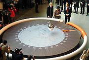 Nederland, Nijmegen, 8-5-2007..Koningin Beatrix opende vandaag het nieuwe gebouw van de beta-faculteit van de Radboud Universiteit,RU, het Huygensgebouw...Zij deed dit door een slinger van Foucault in beweging te zetten dmv het doorknippen van een lint wat de bol tegenhield..Foto: Flip Franssen/Hollandse Hoogte