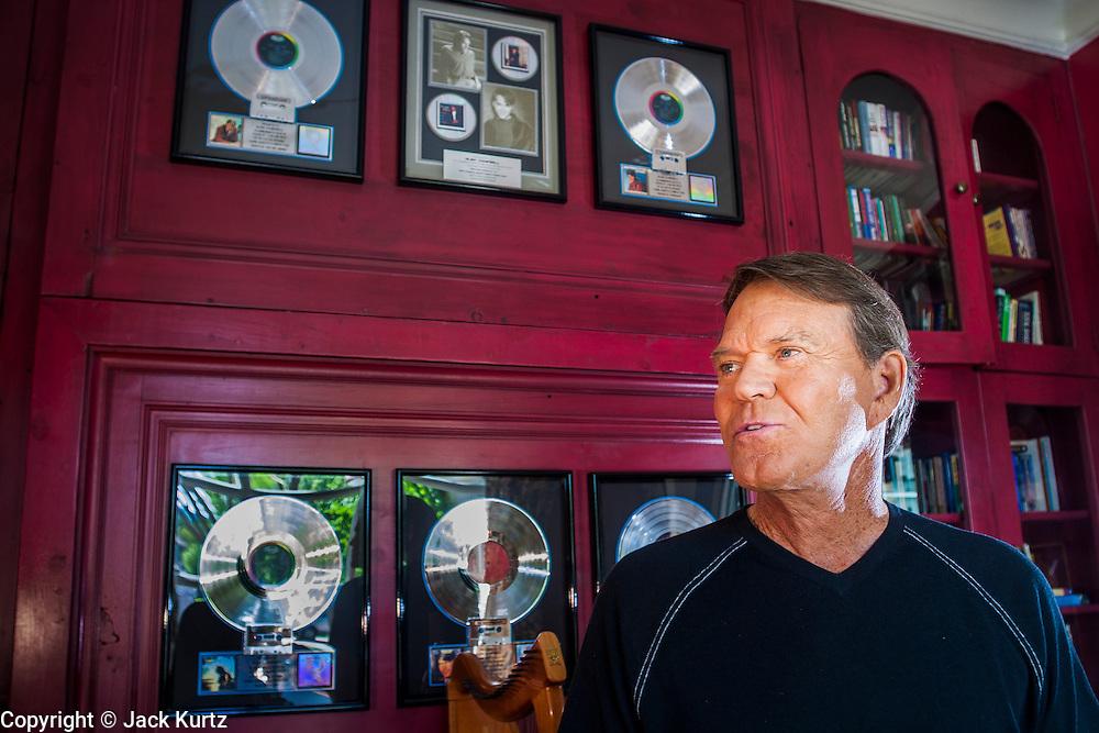 02 SEPTEMBER 2004 - PHOENIX, AZ:     Music legend GLEN CAMPBELL in his home in the Biltmore section of Phoenix, AZ.   PHOTO BY JACK KURTZ