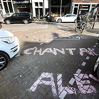 Nederland, Amsterdam , 23 april 2014.<br /> Bezetbordjes van allerlei plumage voor de vrijmarkt tijdens Koningsdag zoals hier in de Westerstraat.<br /> Foto:Jean-Pierre Jans