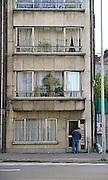 Belgie, Antwerpen, 8-10-2012Stadsgezicht, straatbeeld van deze stad in Vlaanderen. Een man maakt de deur van zijn flat open.Foto: Flip Franssen/Hollandse Hoogte