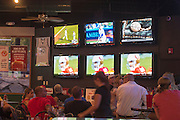 Bij een cafe/restaurant in Reno kijken gasten naar sport terwijl ze eten.<br />