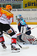 24.Feb.2012; Rapperswil-Jona; Eishockey NLA - Rapperswil-Jona Lakers - EV Zug;<br />  Damien Brunner (L, Zug) gegen Torhueter Lukas Meili (LAK)(Thomas Oswald)