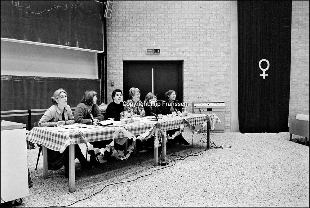 Nederland, Nijmegen ,1983 <br /> Symposium feministisch theologe met Tine Halkes (2e rechts) en Grietje Dresen (3e van links).  Halkes wordt de eerste vrouwelijke theologe in Nederland aan de katholieke universiteit van Nijmegen.<br /> FOTO: FLIP FRA6NSSEN/ HH