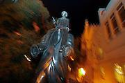 """Kafka-Jubiläum 2008 am 3. Juli 2008 jährt sich sein Geburtstag zum 125. Mal. Die etwa drei Meter hohe Bronze-Statue von Bildhauer Jaroslav Rona zeigt einen körperlosen Mantel, auf dem eine kleine Figur reitet. Diese Szene schildert Kafka in seiner etwa 1903 entstandenen Novelle """"Beschreibung eines Kampfes"""".<br /> <br /> The Franz Kafka Monument was unveiled in Prague on December 4, 2003. Commemorating one of the world's greatest writers and the famous native of Prague, this bronze sculpture by Czech sculptor Jaroslav Róna stands between Prague's Church of the Holy Spirit and its Spanish Synagogue."""