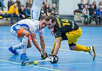 AMSTERDAM -  Boet Phijffer (Kampong) met Julien van den Nieuwenhuijzen (Den Bosch) .   Zaalhockey hoofdklasse, Den Bosch H1-Kampng H1.COPYRIGHT KOEN SUYK