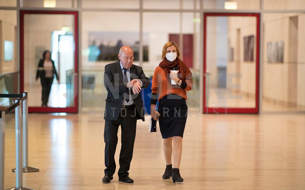 DEU, Deutschland, Germany, Berlin, 05.05.2020: Dr. Gregor Gysi (Die Linke) vor seiner heutigen Wahl zum außenpolitischen Sprecher der Linksfraktion, hier im Gespräch mit Katja Kipping (mit Atemschutzmaske), Parteivorsitzende von DIE LINKE, Deutscher Bundestag.