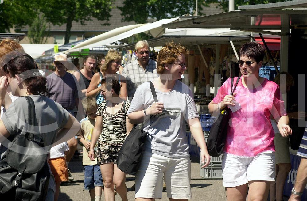 fotografie frank uijlenbroek©2001 michiel van de velde.010704 raalte ned.1ste bottermarkt van het seizoen om en nabij de domineeskamp