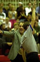 Basket, Basketligaen BLNO, Kongsberg-Ulriken 18. oktober 2000. Ulriken-trener David Swan krangler med dommeren.