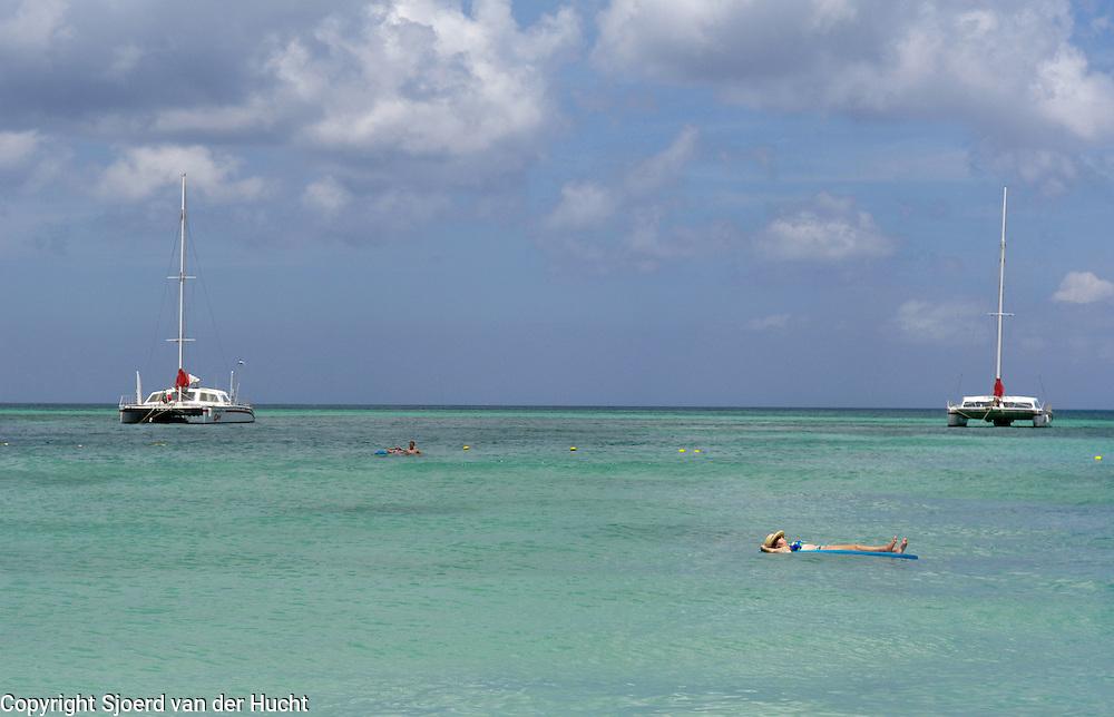 Chilling in the caribbean sea of Aruba<br /> Relaxen in de caraïbische zee van Aruba